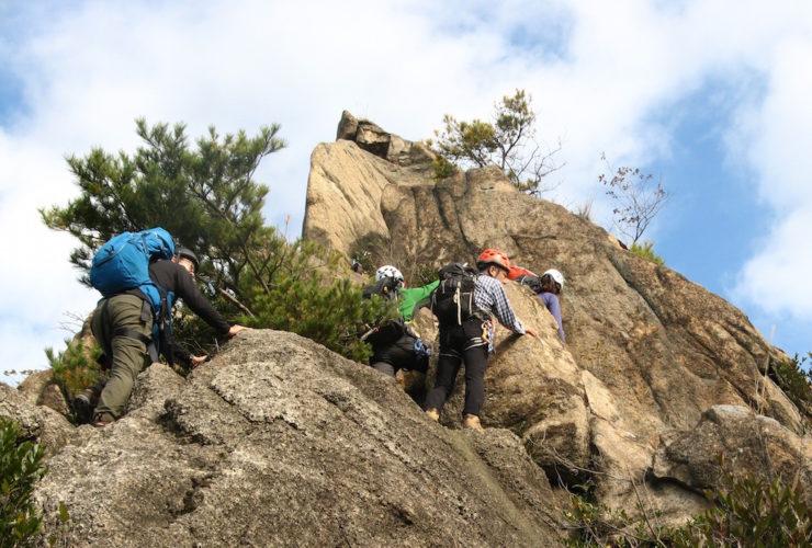 岩場・鎖場の歩き方を学ぶ登山 | 広島県